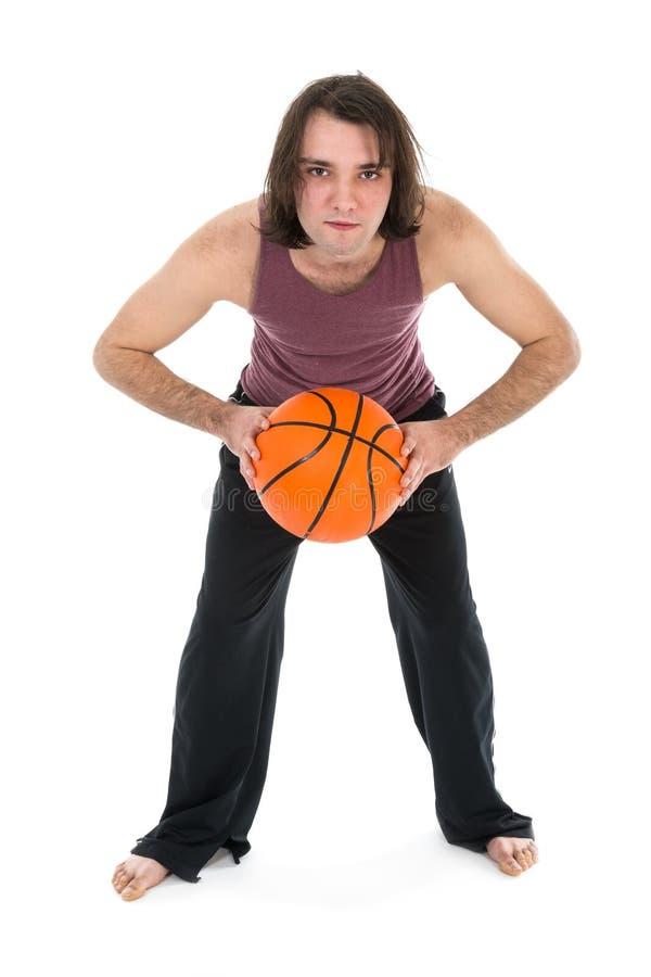 El hombre en deportes lleva jugar a baloncesto sobre blanco fotografía de archivo libre de regalías