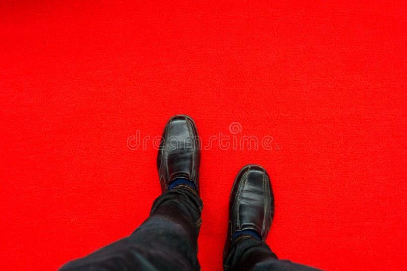 El hombre en la alfombra roja fotografía de archivo