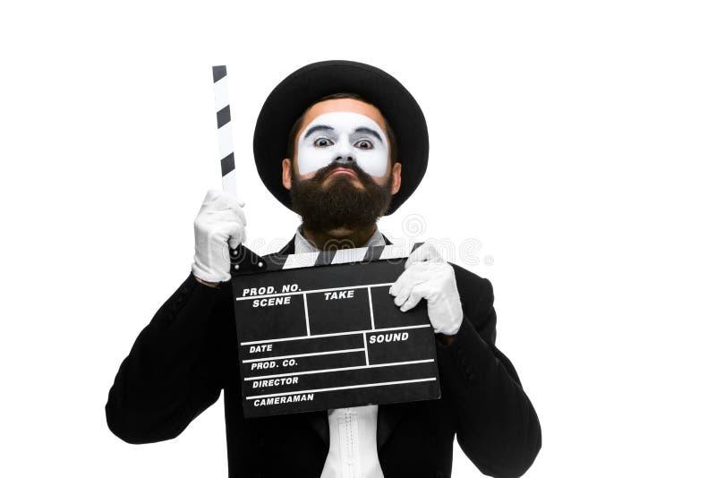 El hombre en la imagen imita con el tablero de la película fotografía de archivo