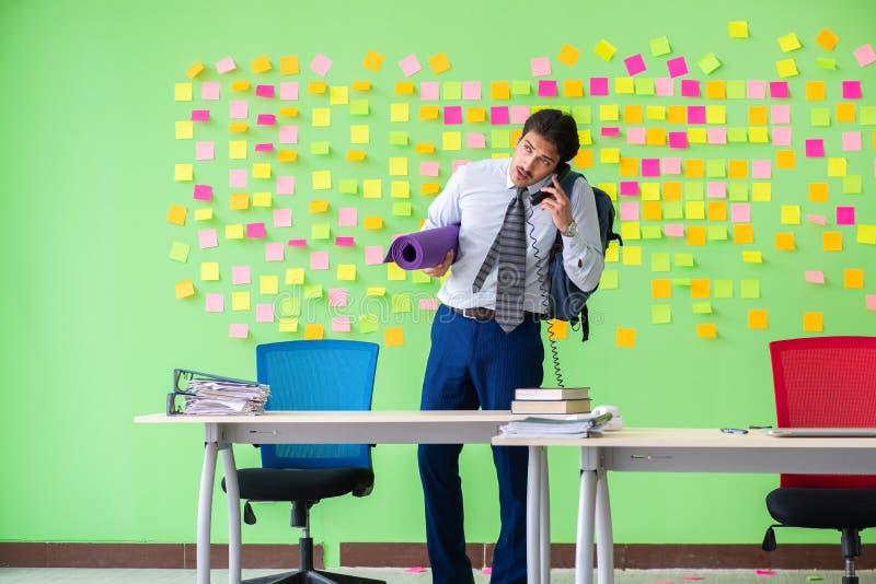 El hombre en la oficina con la preparación en conflicto de muchas prioridades va fotografía de archivo libre de regalías