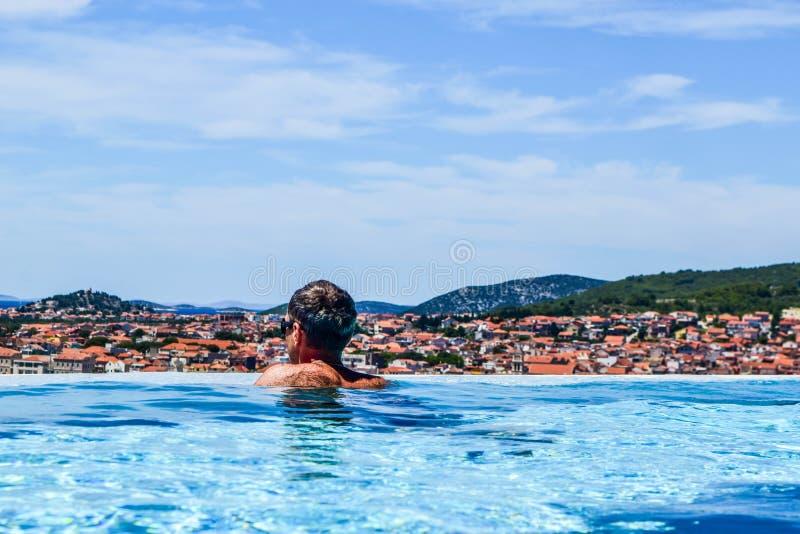 El hombre en la piscina imagen de archivo