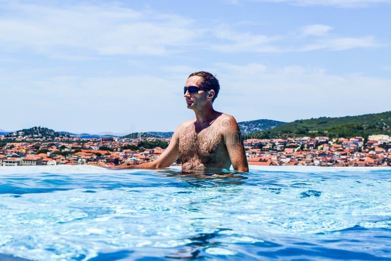 El hombre en la piscina imagenes de archivo