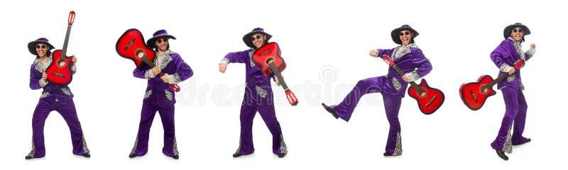 El hombre en la ropa divertida que sostiene la guitarra aislada en blanco imagenes de archivo