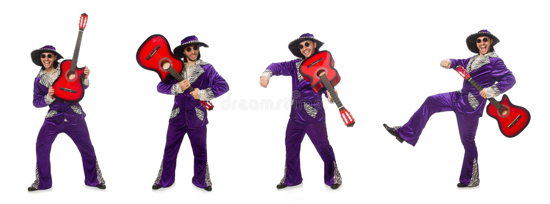 El hombre en la ropa divertida que sostiene la guitarra aislada en blanco imagen de archivo