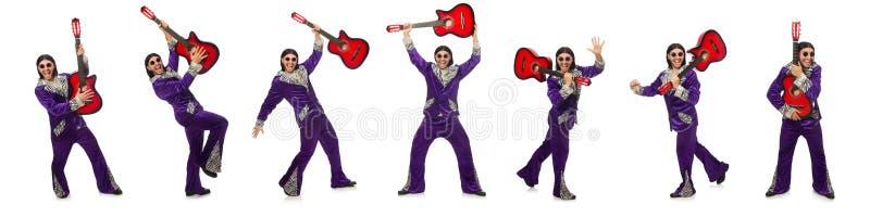 El hombre en la ropa divertida que sostiene la guitarra aislada en blanco imagen de archivo libre de regalías