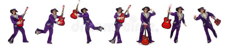 El hombre en la ropa divertida que sostiene la guitarra aislada en blanco imágenes de archivo libres de regalías