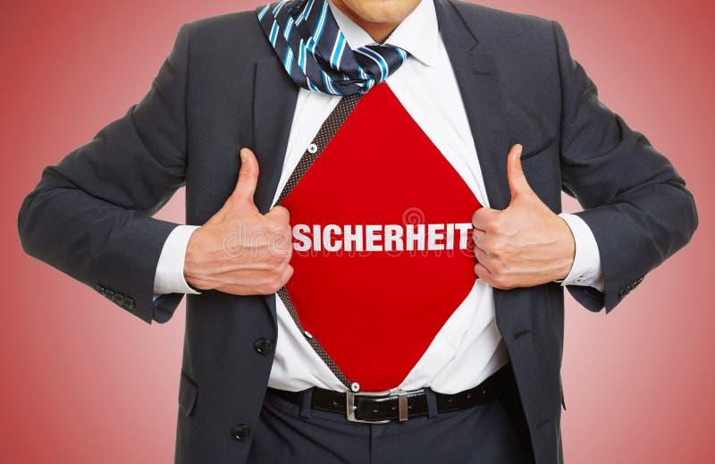 El hombre en traje lleva seguridad del lema fotografía de archivo