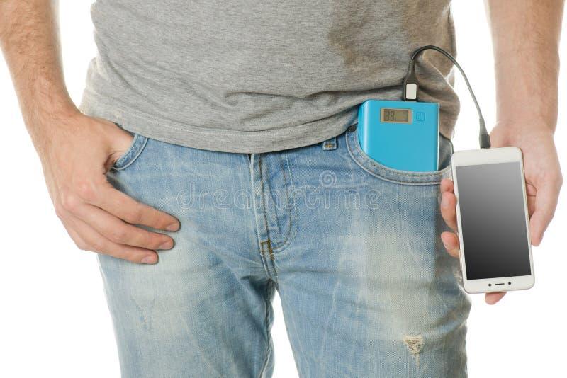 El hombre en un smartphone del teléfono móvil del bolsillo y un poder ejercen la actividad bancaria foto de archivo libre de regalías
