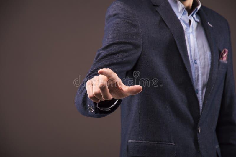 El hombre en un traje especifica un finger imagenes de archivo
