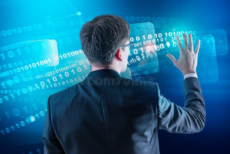 El hombre en vidrios usando números binarios interconecta imágenes de archivo libres de regalías