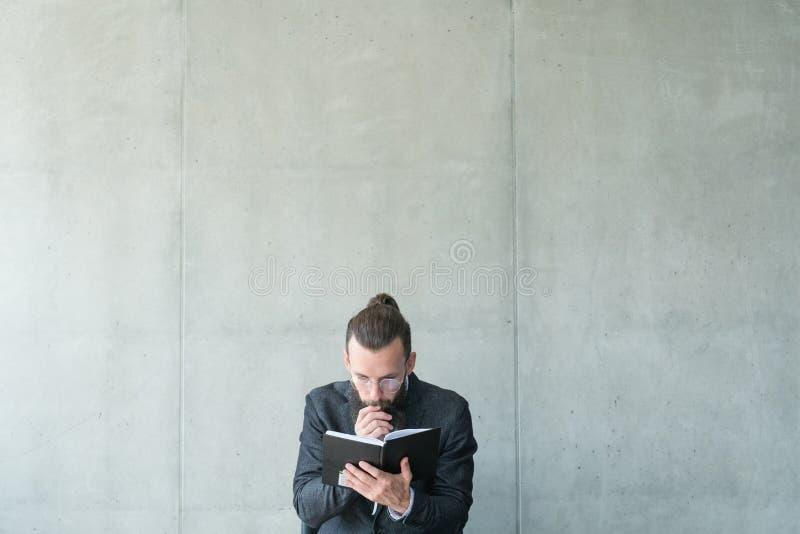 El hombre enfocó la información leída del conocimiento de la educación imagen de archivo libre de regalías
