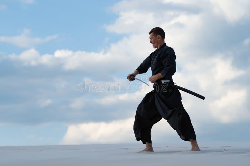 El hombre enfocado está practicando arte marcial japonés imágenes de archivo libres de regalías