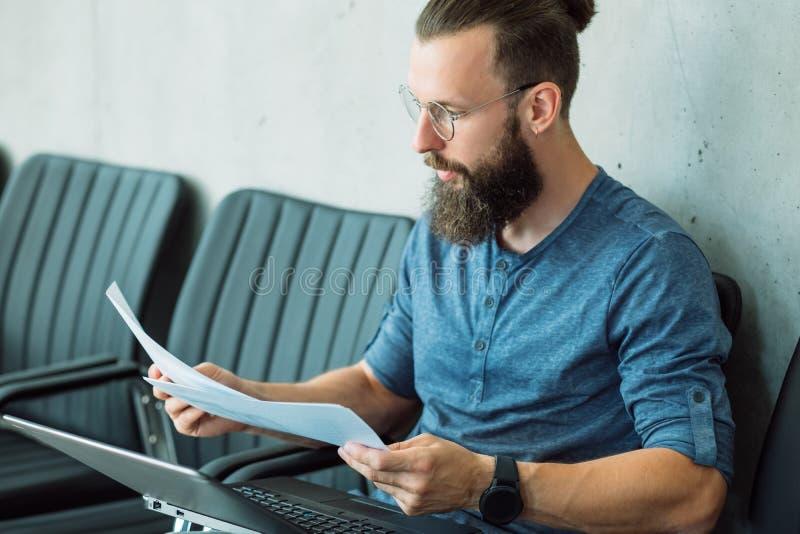 El hombre enfocado leyó datos del informe de información del documento foto de archivo libre de regalías