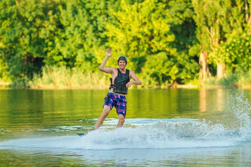 El hombre enganchó a wakeboard en el lago, Crimea el 2018 de julio fotos de archivo libres de regalías