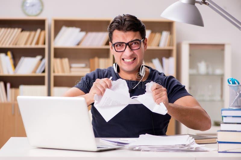 El hombre enojado que destroza su papeleo debido a la tensión fotos de archivo libres de regalías