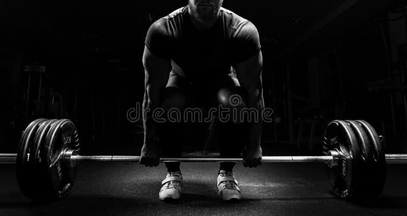 El hombre enorme se está preparando para realizar un ejercicio llamado deadlift fotografía de archivo libre de regalías