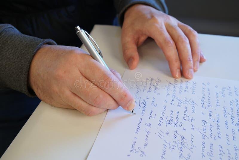 El hombre escribe la letra foto de archivo libre de regalías