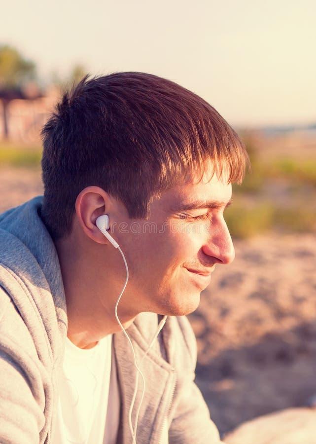 El hombre escucha la m?sica fotos de archivo libres de regalías
