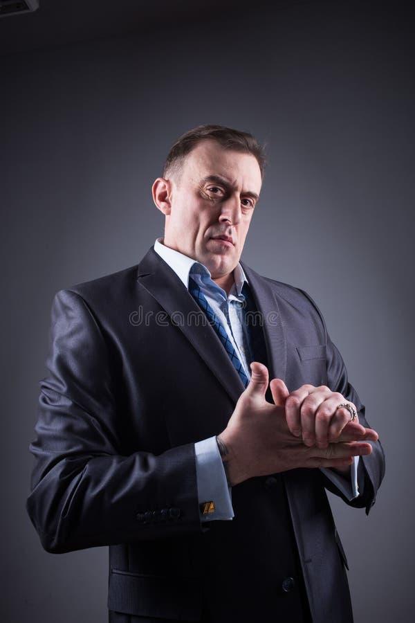 El hombre espantoso frota sus manos fotografía de archivo