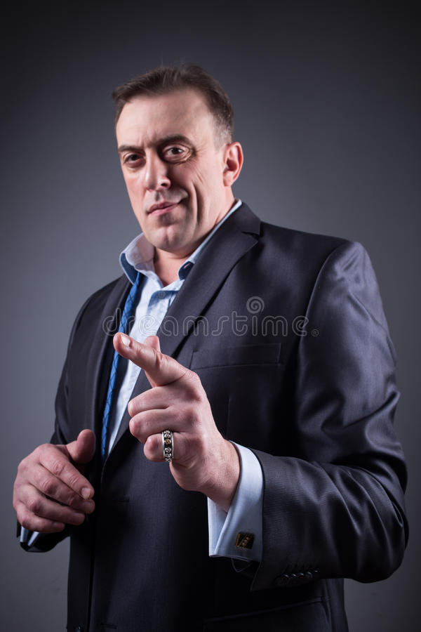 El hombre espantoso muestra un finger, foto de archivo libre de regalías