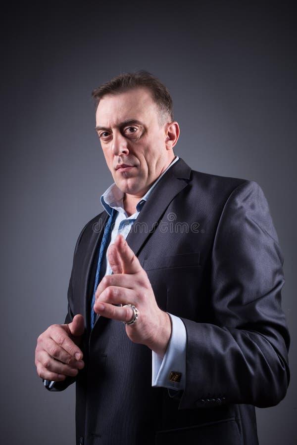 El hombre espantoso muestra un finger, imágenes de archivo libres de regalías