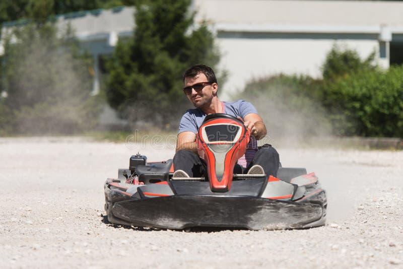 El hombre está conduciendo el kart con velocidad en Karting fotos de archivo libres de regalías