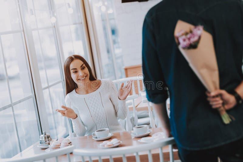 El hombre está dando un ramo de flores a la mujer fotografía de archivo libre de regalías