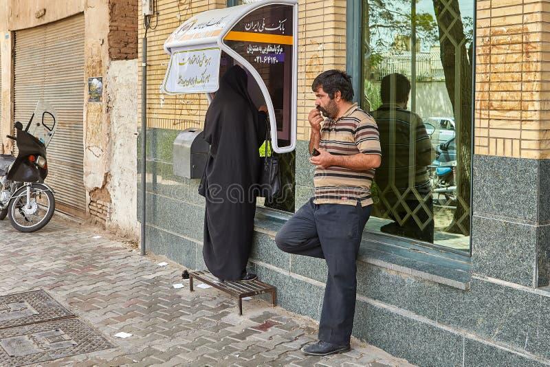 El hombre está esperando a la mujer cerca de la atmósfera de la calle, Kashan, Irán foto de archivo