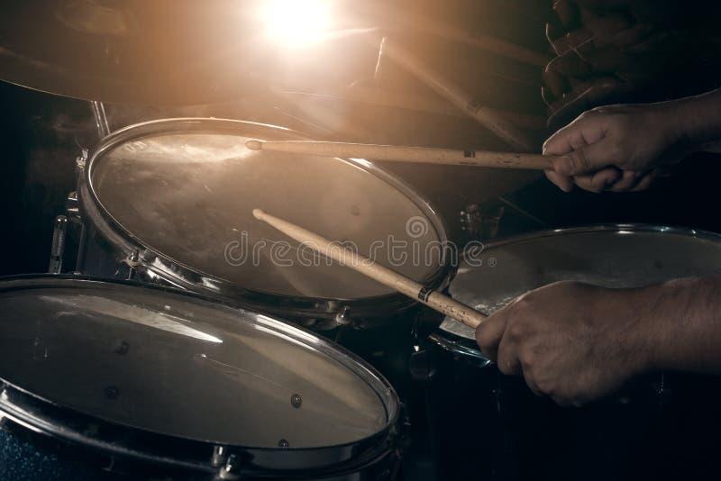 El hombre está jugando el sistema del tambor fotos de archivo