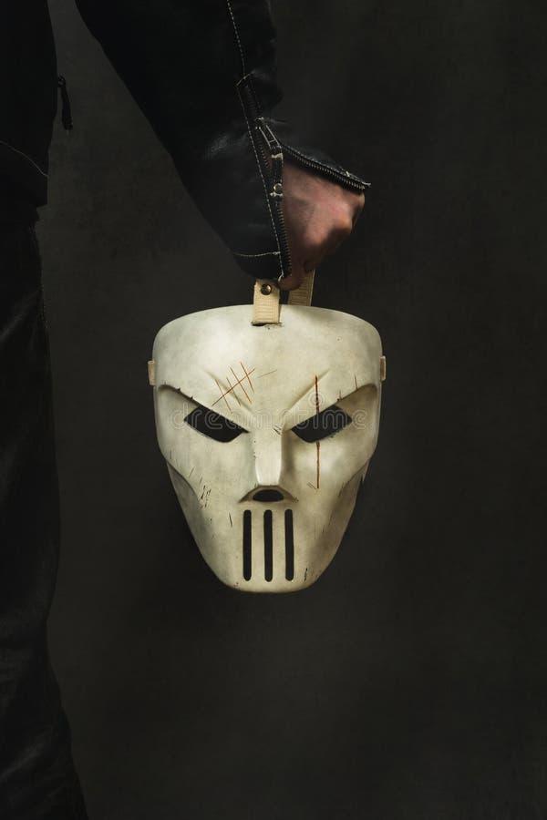 el hombre está llevando a cabo la máscara espeluznante imágenes de archivo libres de regalías