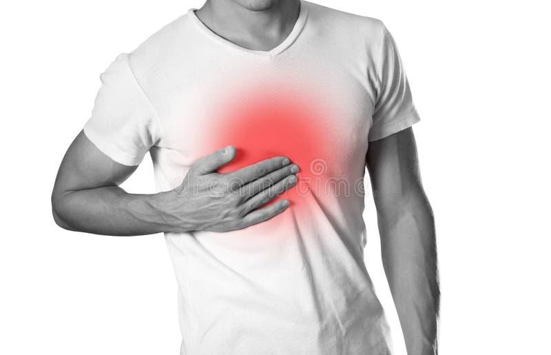 El hombre está llevando a cabo su dolor de pecho del pecho heartburn El hogar fotografía de archivo libre de regalías