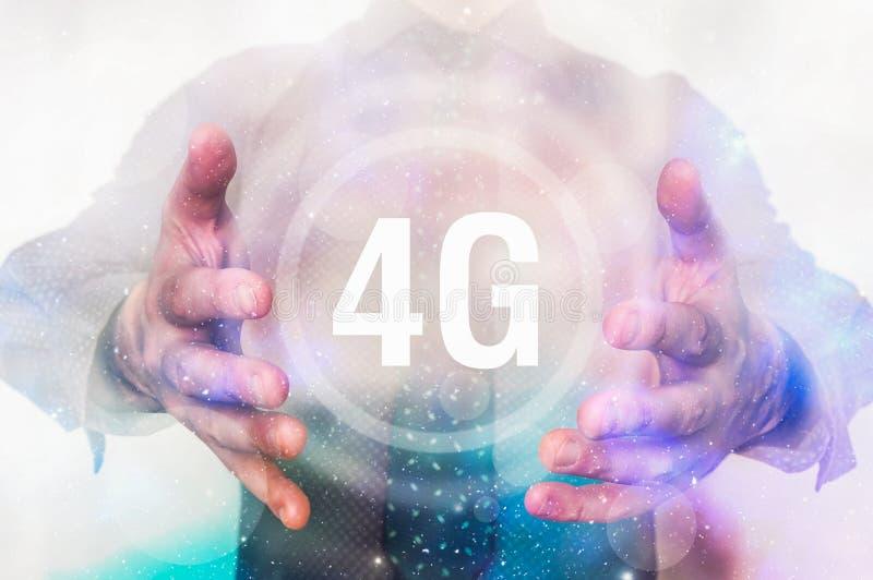 El hombre está mostrando símbolo del interfaz 4G entre sus manos foto de archivo libre de regalías