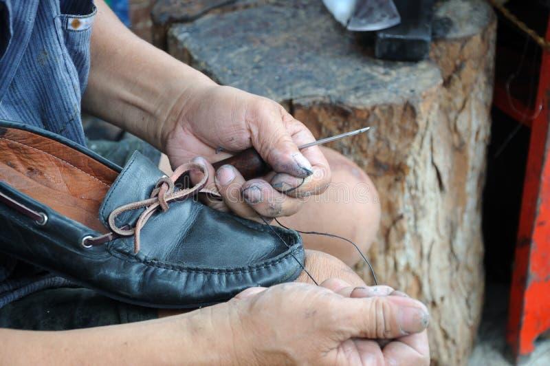 El hombre está reparando el zapato imágenes de archivo libres de regalías