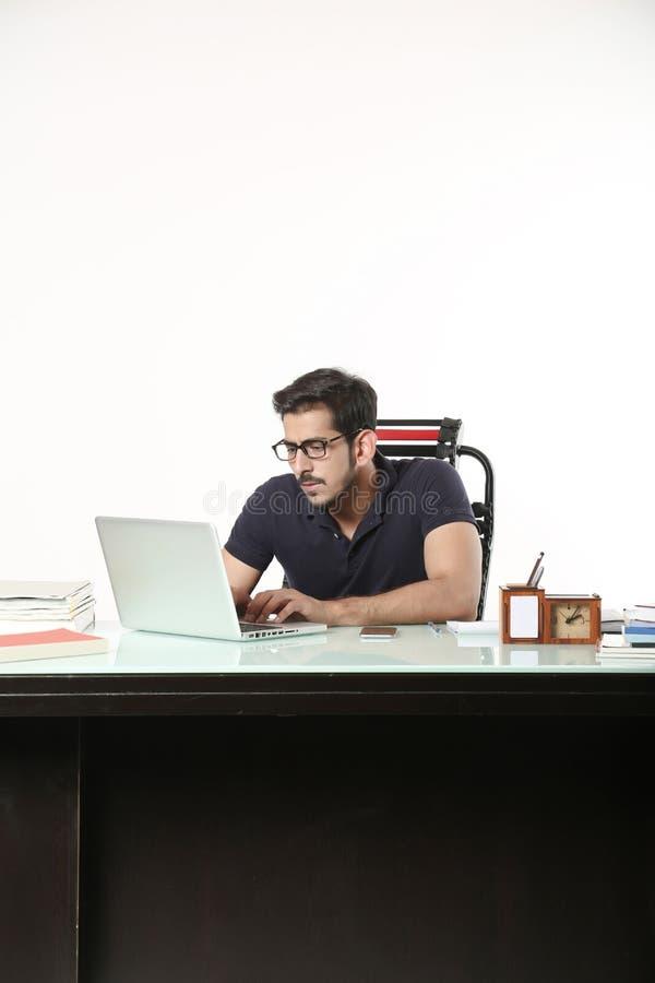 El hombre está trabajando en ordenador portátil con llevar los vidrios negros foto de archivo libre de regalías