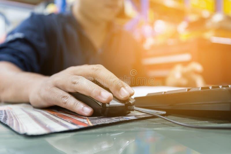 El hombre está utilizando el ordenador para trabajar imágenes de archivo libres de regalías
