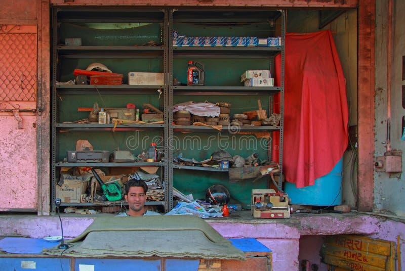 El hombre está vendiendo los recambios para los coches al aire libre en Ahmadabad, la India imagen de archivo