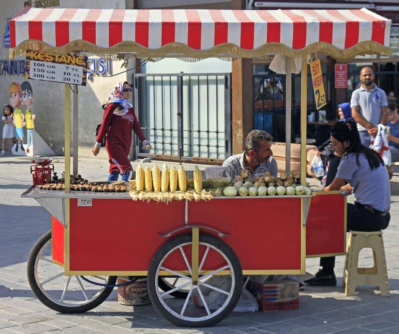 El hombre está vendiendo maíz frito y la castaña al aire libre en Estambul fotos de archivo