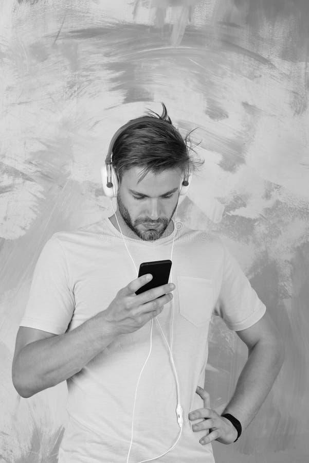 El hombre europeo tiene tiempo de la diversión Canciones que escuchan adolescentes alegres de DJ vía los auriculares Inconformist fotos de archivo