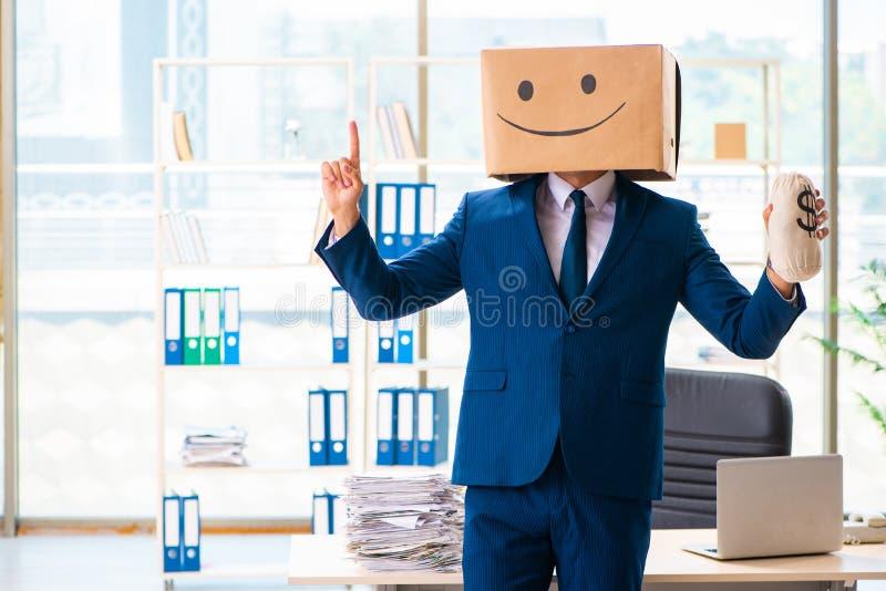 El hombre feliz con la caja en vez de su cabeza fotos de archivo