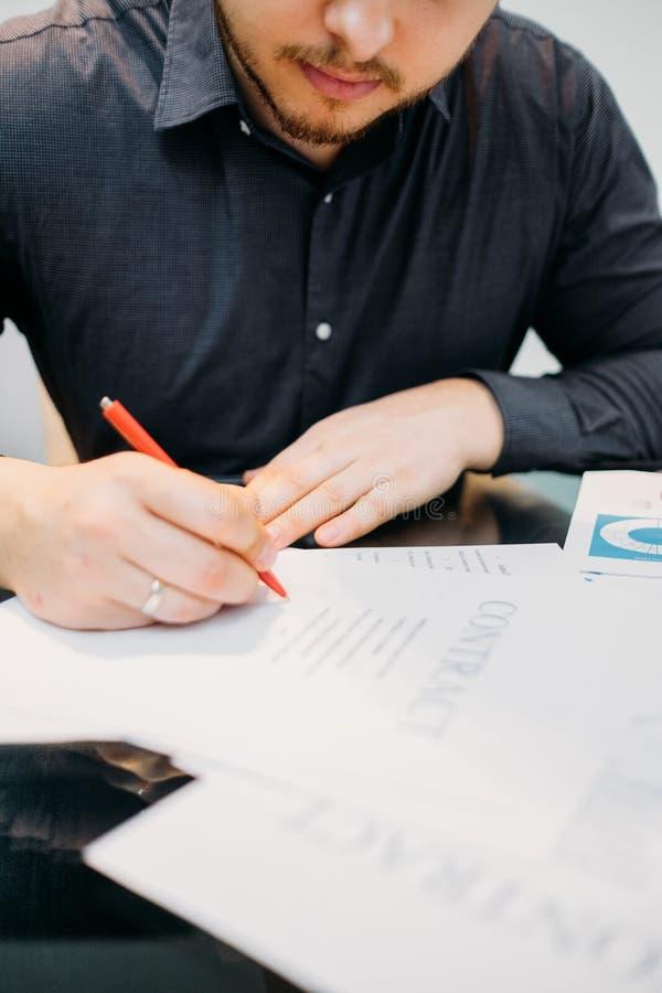 El hombre firma trato legal del negocio del primer del contrato imagen de archivo libre de regalías