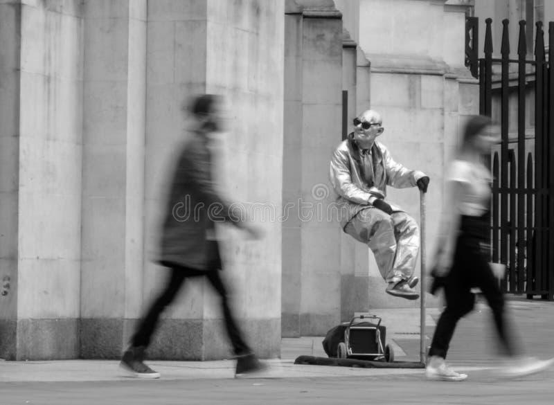 El hombre flotante y que eleva y mantiene flotando en Londres foto de archivo libre de regalías