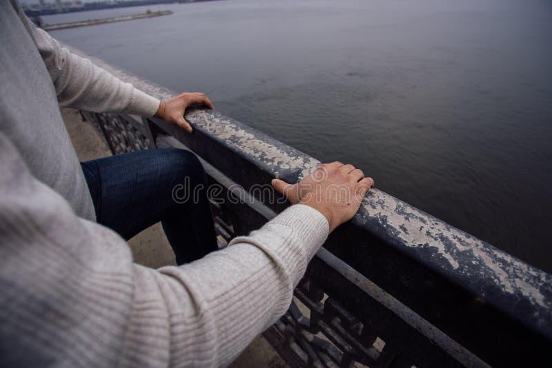 El hombre frustrado deprimido va a saltar del puente Concepto del suicidio y de la desesperación fotografía de archivo libre de regalías
