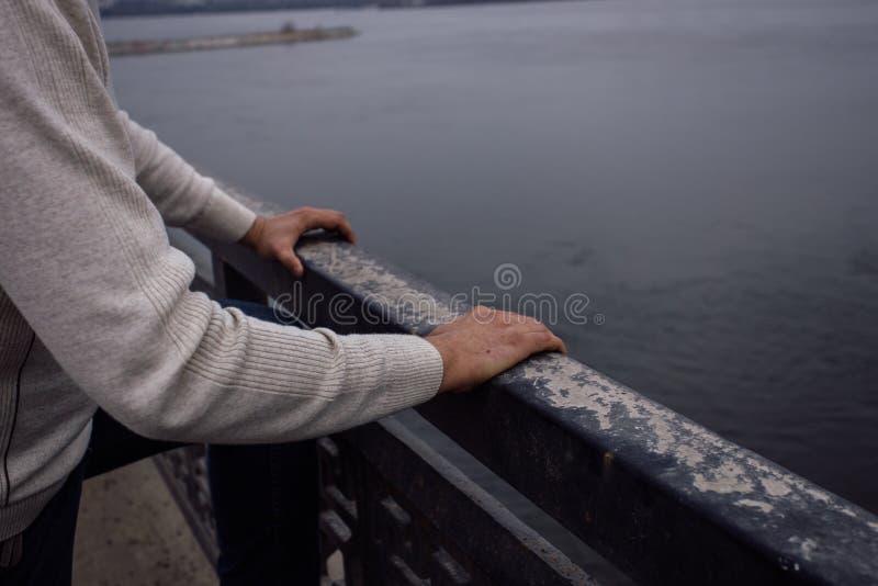 El hombre frustrado deprimido va a saltar del puente Concepto del suicidio y de la desesperación imagen de archivo libre de regalías