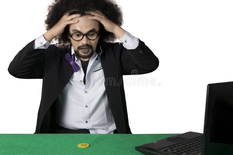 El hombre frustrado pierde en póker en línea foto de archivo