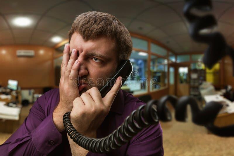 el hombre habla en el teléfono imagen de archivo