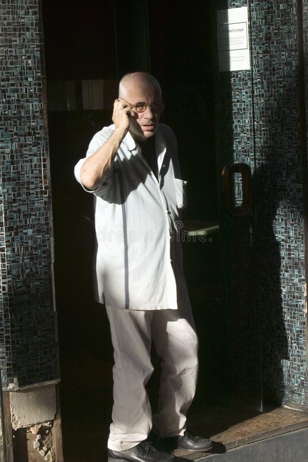 El hombre habla en el teléfono celular en Barcelona, España, LANZAMIENTO del MODELO del área de Barri Gotic imágenes de archivo libres de regalías