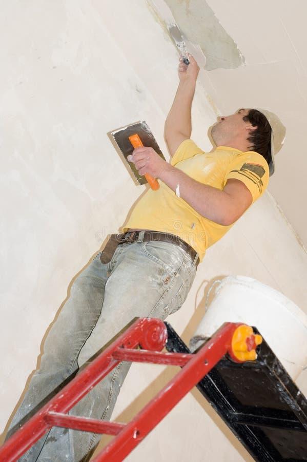 El hombre hace la renovación de interior foto de archivo libre de regalías