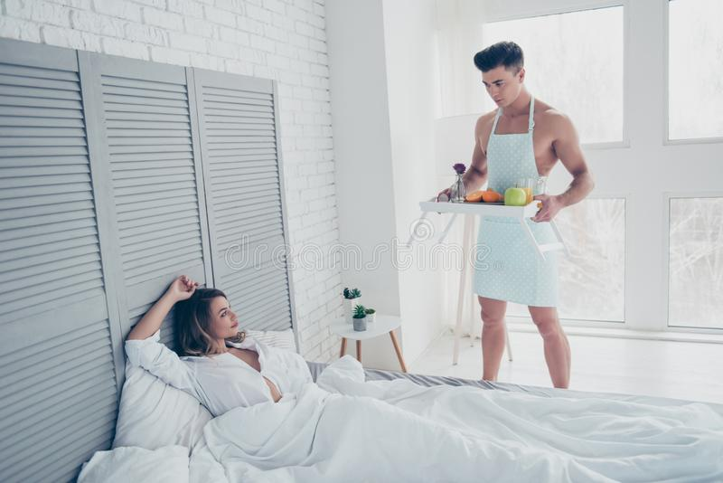El hombre hermoso, atractivo, muscular, desnudo en delantal prepara la rotura fotografía de archivo