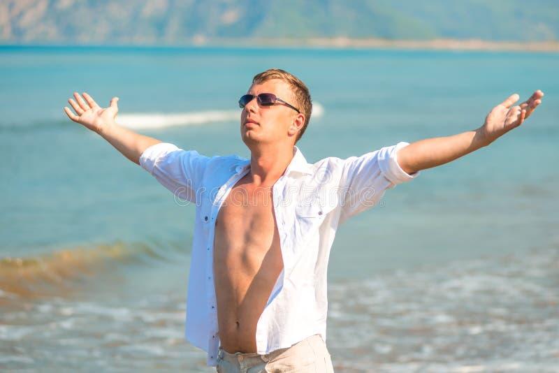 El hombre hermoso en el centro turístico goza foto de archivo libre de regalías