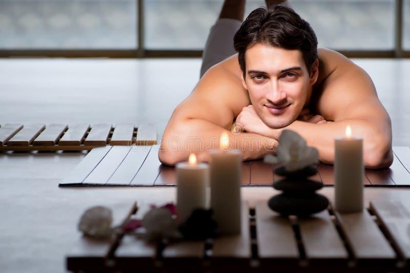 El hombre hermoso joven durante procedimiento del balneario foto de archivo libre de regalías